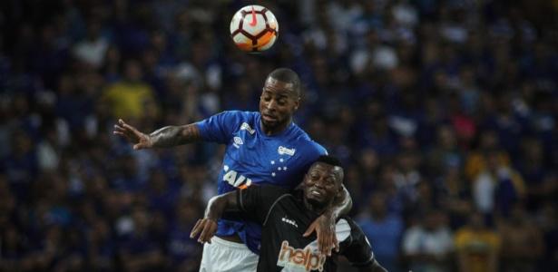 Dedé leva a melhor sobre Riascos na disputa pelo alto na partida entre Cruzeiro e Vasco