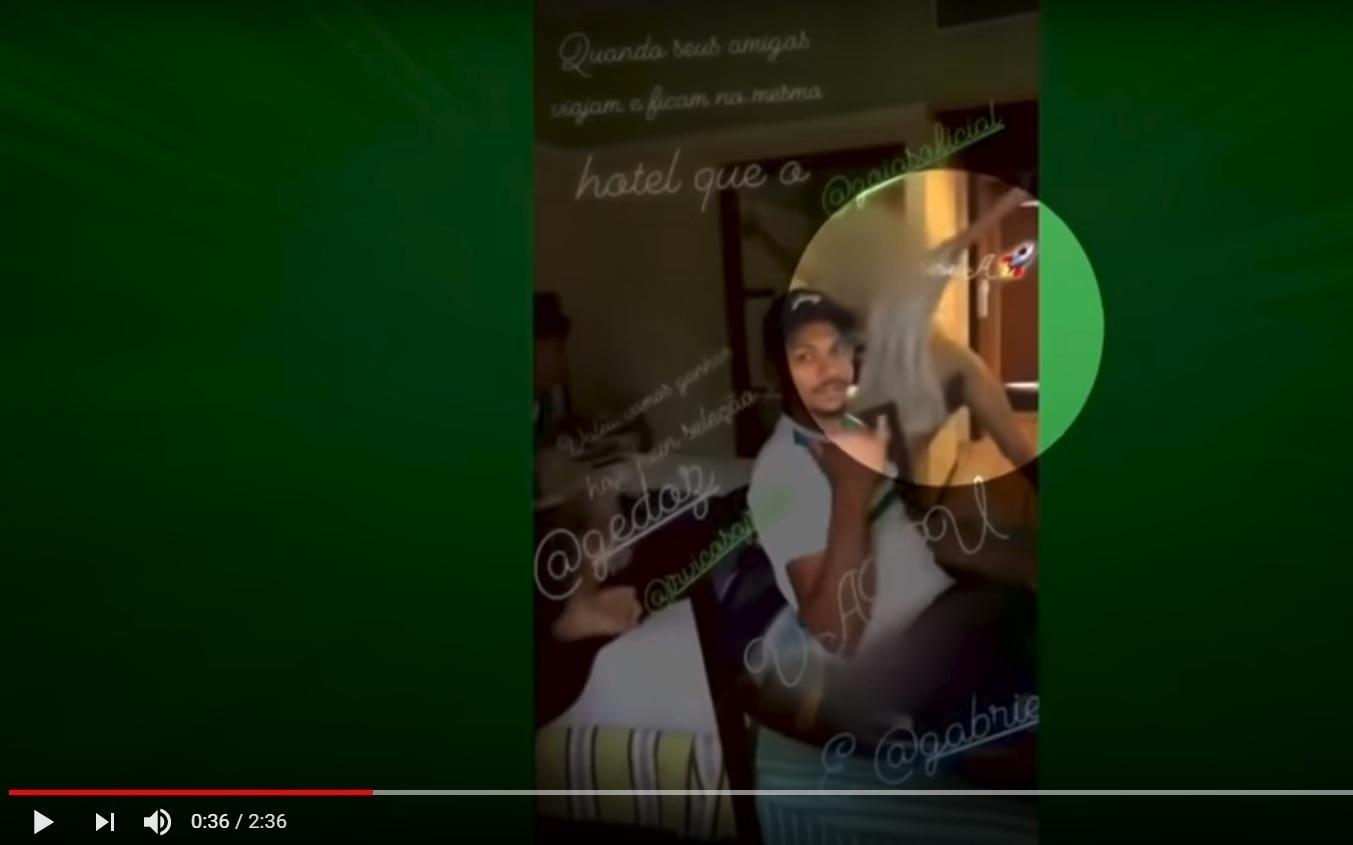 Garota aparece de toalha em concentração do Goiás e é alvo de ofensas