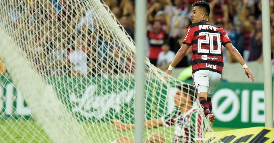 Fernando Uribe, do Flamengo, comemora após marcar seu segundo gol sobre o Fluminense