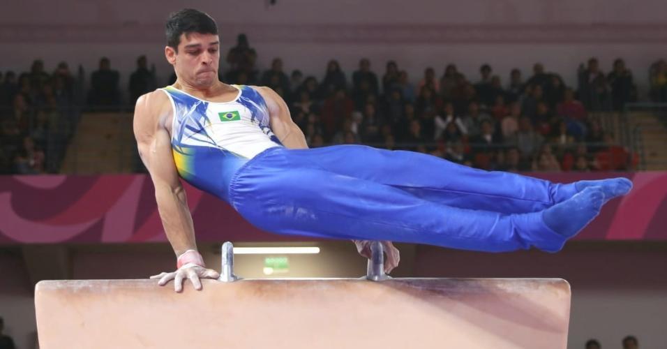 Chico Barretto compete no cavalo com alças na ginástica artística em Lima