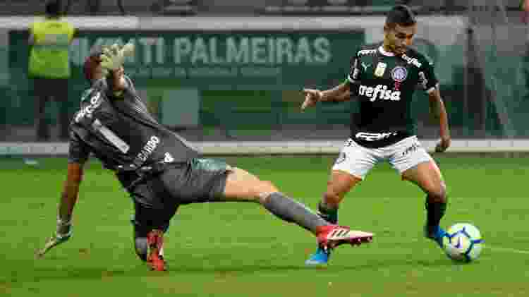 Dudu dribla o goleiro João Ricardo no lance do gol de Felipe Melo, aos 54 minutos do segundo tempo - Bruno Ulivieri/AGIF