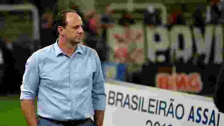 Rogério Ceni observa partida entre Corinthians e Fortaleza - Bruno Ulivieri/AGIF - Bruno Ulivieri/AGIF