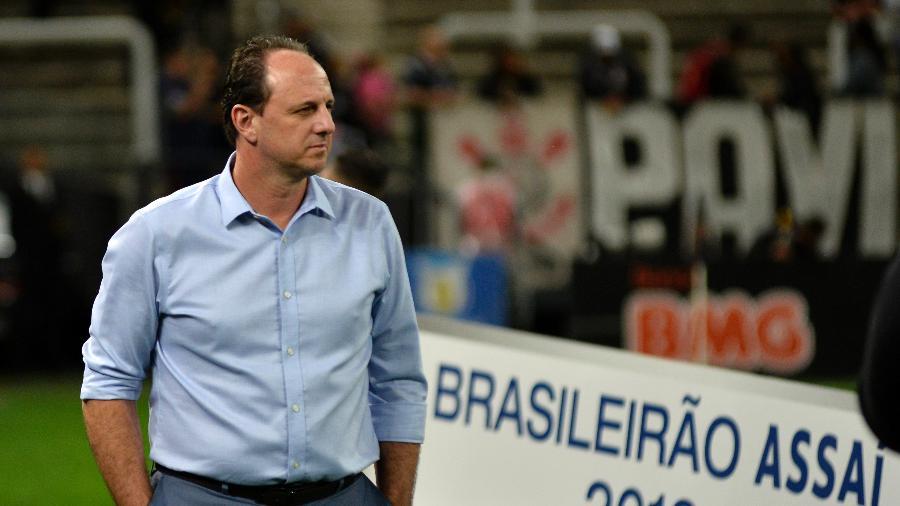 Rogério Ceni observa partida entre Corinthians e Fortaleza - Bruno Ulivieri/AGIF