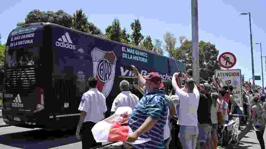 O ônibus com a equipe do River Plate saindo do estádio Monumental, em Buenos Aires, em direção ao aeroporto para a ida até Lima - Juan Mabromata/AFP