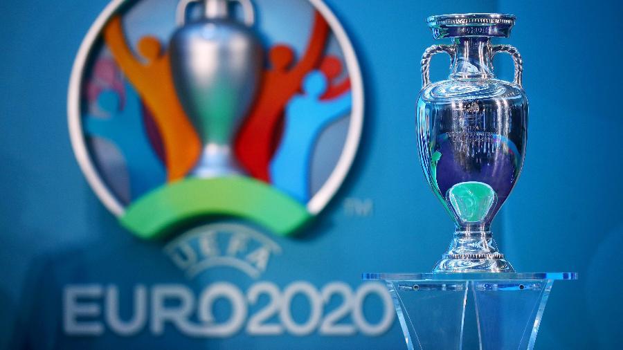 Taça da Eurocopa em exposição no dia do lançamento do logo da competição, em 2016 - Dan Istitene/Getty Images