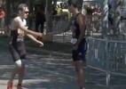 Atleta erra percurso e rival para na chegada para deixá-lo passar