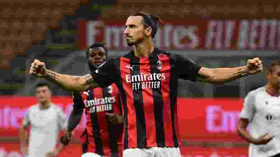 Ibrahimovic fez os dois gols do Milan contra o Bologna - MIGUEL MEDINA / AFP