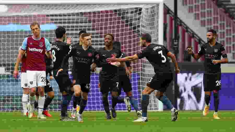 Jogadores do Manchester City comemoram gol marcado por Phil Foden no empate com o West Ham - Catherine Ivill/Getty Images