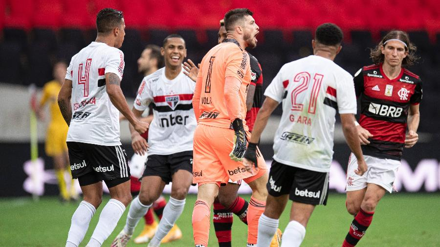 Jogadores do São Paulo celebram defesa de Volpi em pênalti de Pedro, do Flamengo - Jorge Rodrigues/AGIF