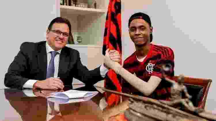 Rodrigo Dunshee, vice-presidente Geral e Jurídico do Flamengo, com Jhonata Ventura - Marcelo Cortes/Flamengo - Marcelo Cortes/Flamengo