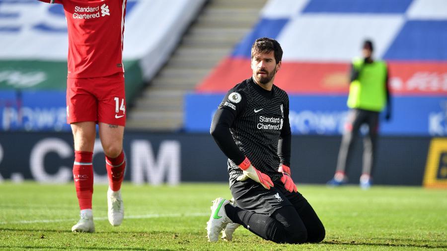 Alisson se lamenta depois de gol do Leicester sobre o Liverpool - Paul Ellis - PA Images/PA Images via Getty Images