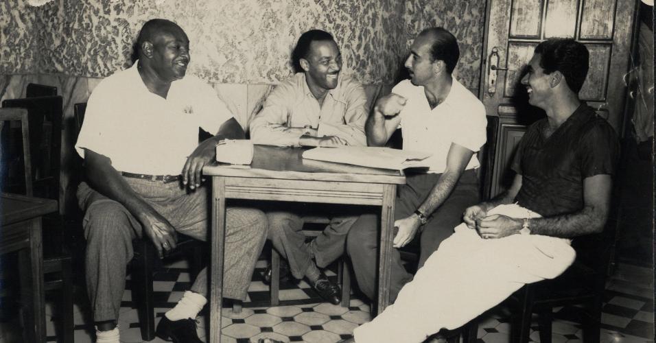 Augusto da Costa (2º da dir. pra esq.) durante concentração da seleção brasileira na Copa do Mundo de 1950