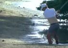 Golfista norte-americano fica de cueca para fazer tacada na lama; assista - Transmissão PGA Tour