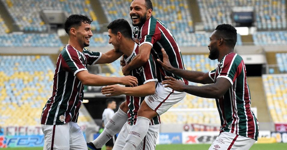 Nino e Nenê comemoram gol da vitória do Fluminense no clássico com Botafogo
