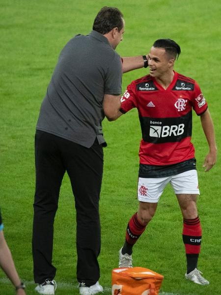 Rogério Ceni e Michael no duelo contra o Volta Redonda, no Maracanã - Alexandre Vidal/ Flamengo