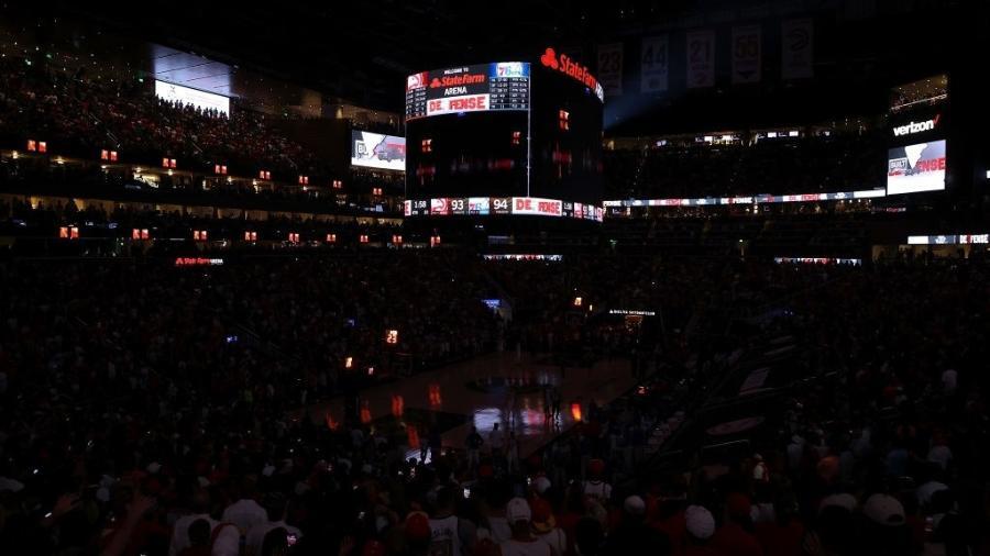 """State Farm Arena teve """"apagão"""" no fim de Atlanta Hawks x Philadelphia 76ers - Getty Images"""