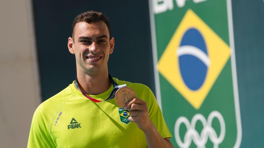 Fernando Scheffer exibe a medalha de bronze que conquistou na natação nos Jogos Olímpicos de Tóquio - Thiago Diz/Divulgação