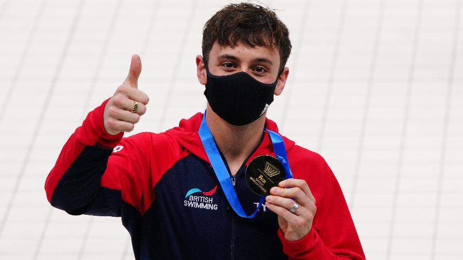 Tom Daley posa com a medalha de ouro da plataforma de 10 metros nas Olimpíadas de Tóquio - Naoki Ogura/Reuters