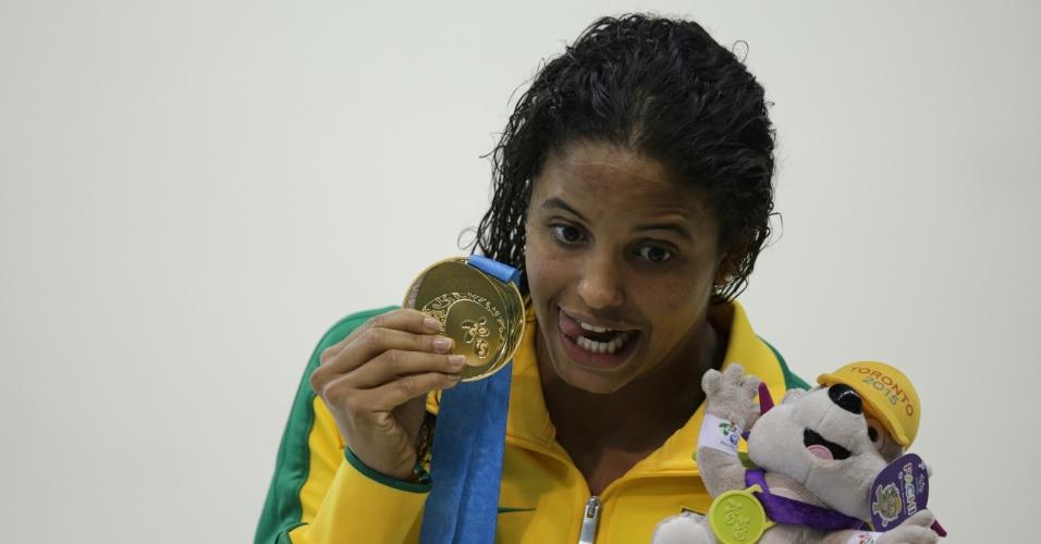 Etiene Medeiros comemora a medalha de ouro nos 100m costas da natação