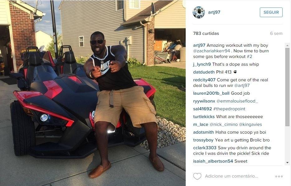 Arthur Jones, do Indianapolis Colts, mostra aos fãs o seu brinquedo para as horas vagas