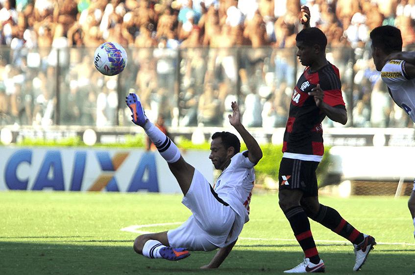 Nenê briga pela bola observado por Márcio Araújo