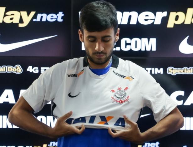 Camacho assinou contrato com o Corinthians e vestiu camisa nesta segunda-feira