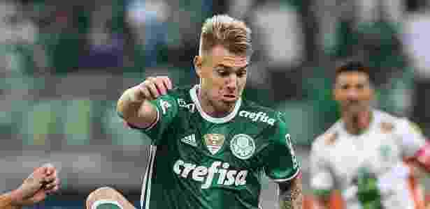 Roger Guedes domina a bola durante a partida entre Palmeiras e América-MG - Julia Chequer/Folhapress - Julia Chequer/Folhapress
