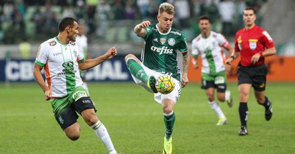 Roger Guedes domina a bola durante a partida entre Palmeiras e América-MG