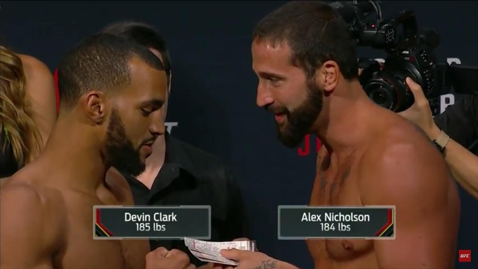 Alex Nicholson entrega ingressos para Devin Clark, durante pesagem do UFC