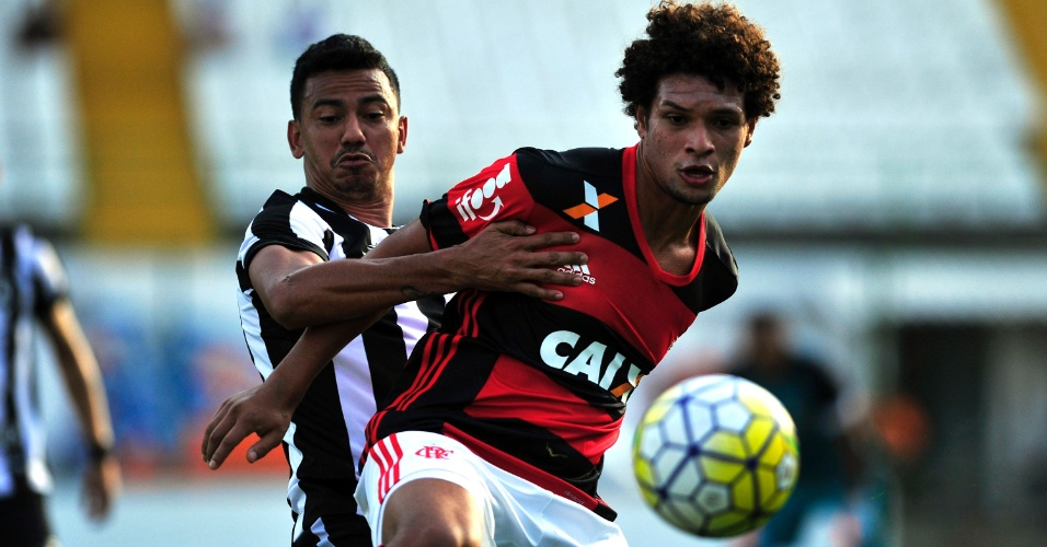 Willian Arão tenta escapar da marcação na partida Botafogo x Flamengo, na Arena Botafogo
