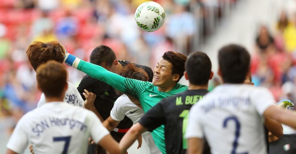 Gu Sungyun, goleira de Coreia do Sul, durante o jogo contra o México no estádio Mané Garrincha
