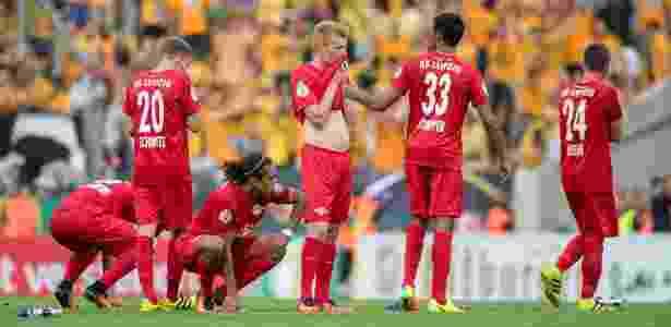 Jogadores do RB Leipzig lamenta eliminação nos pênaltis diante do Dynamo Dresden - Thomas Eisenhuth/DPA/AFP Photo - Thomas Eisenhuth/DPA/AFP Photo
