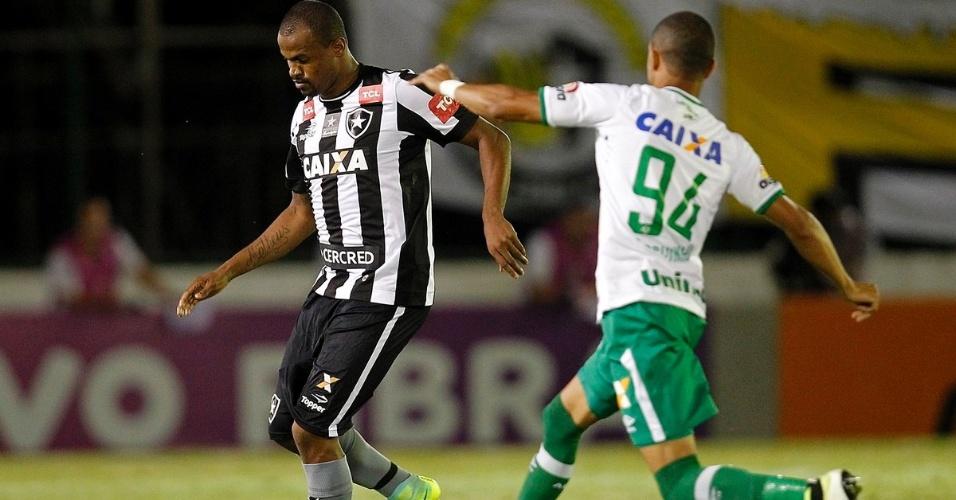 Airton, do Botafogo, tenta escapar de marcador da Chapecoense
