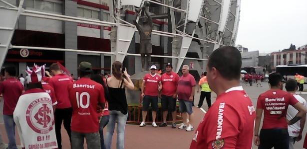 Torcedores do Inter se reúnem na estátua de Fernandão e rezam antes de decisão