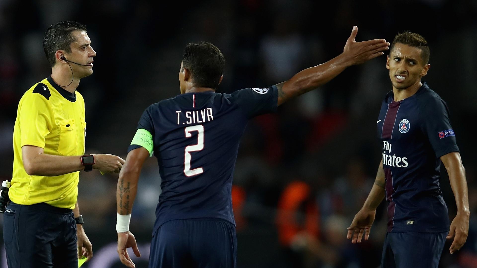 Thiago Silva e Marquinhos reclamam com árbitro em jogo da Liga dos Campeões