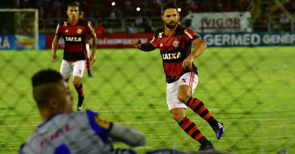 Diego marca de pênalti para o Flamengo contra o Macaé