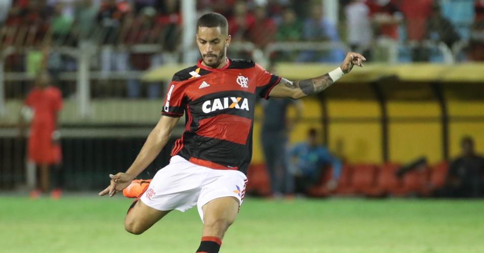 O volante Romulo em ação pelo Flamengo na vitória por 3 a 0 sobre o Macaé
