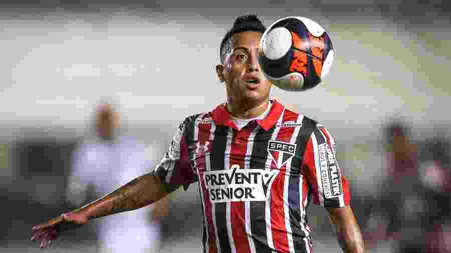 Cueva domina a bola durante clássico entre São Paulo e Santos, na Vila - Ricardo Nogueira/Folhapress