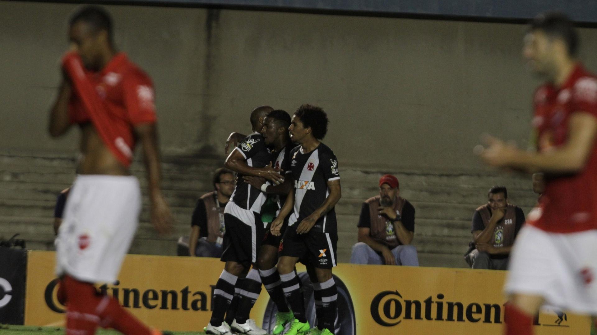 Vascaínos comemoram gol de Thalles contra o Vila Nova