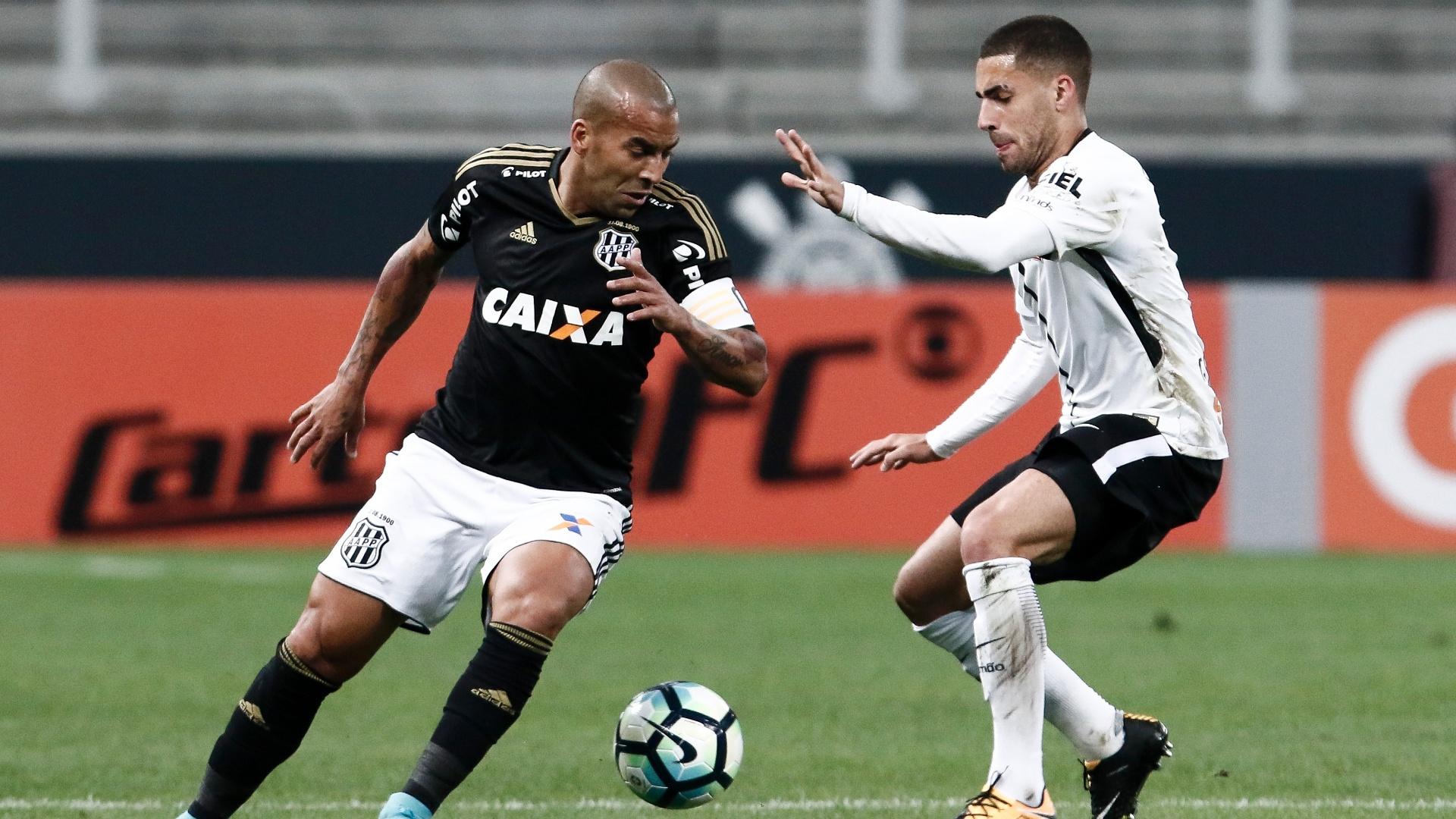 Emerson Sheik tenta passar pela marcação de Gabriel durante a partida entre Corinthians e Ponte Preta