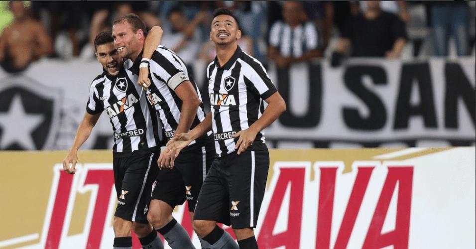 Jogadores do Botafogo comemoram gol de Joel Carli contra o Atlético-MG pela Copa do Brasil