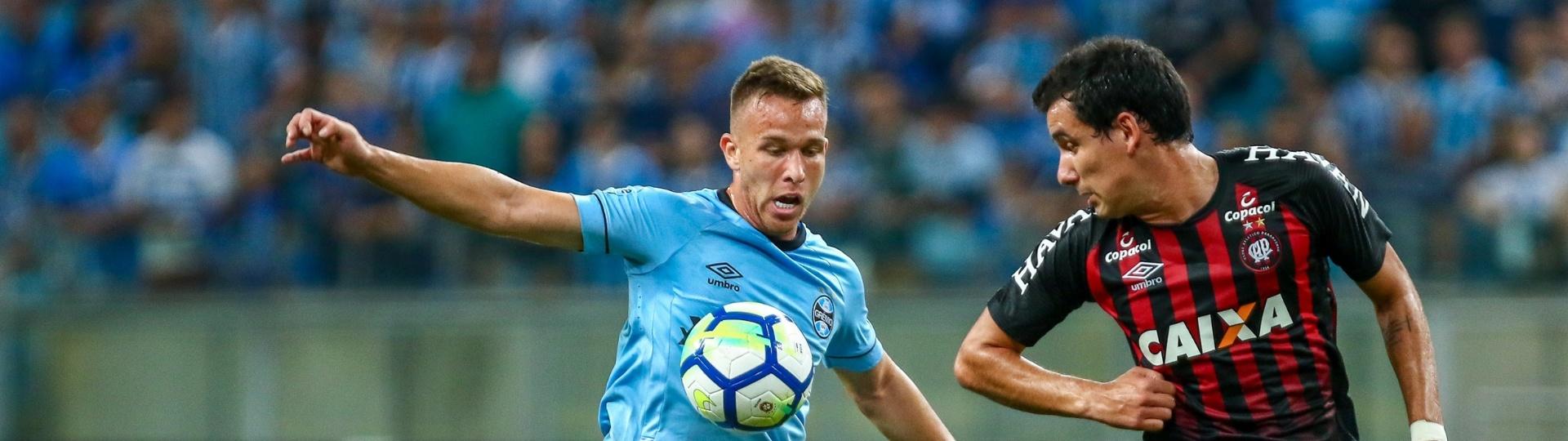 Arthur, do Grêmio, disputa bola com Pablo em jogo contra o Atlético-PR