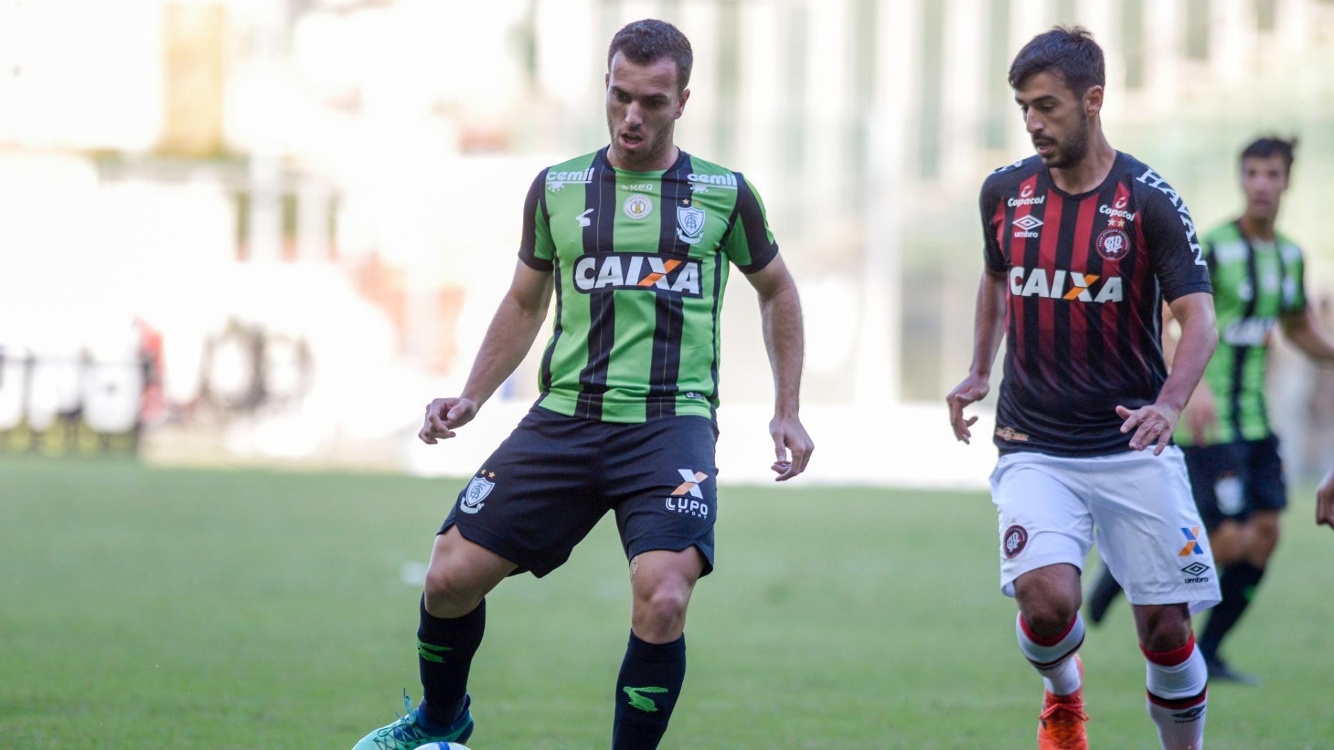 Serginho e Camacho disputam bola em América-MG x Atlético-PR pelo Campeonato Brasileiro