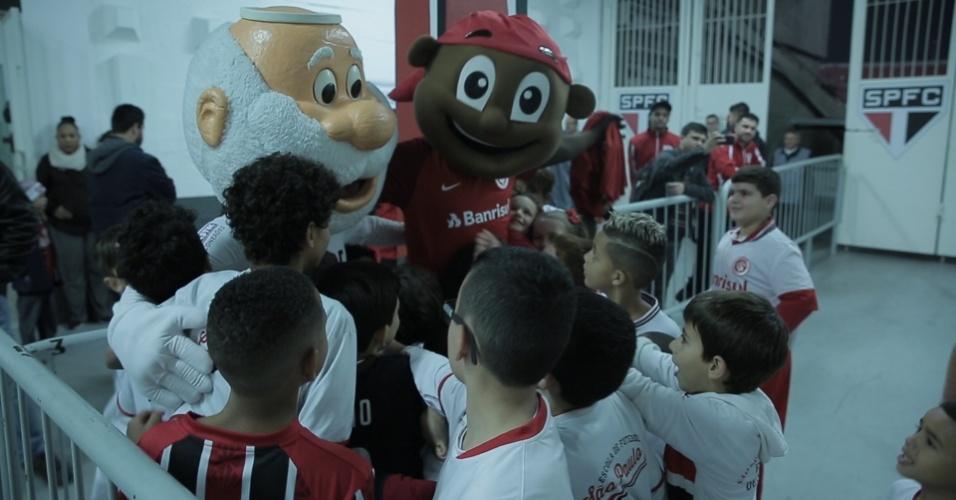 Santo Paulo e Saci, mascotes de São Paulo e Internacional, atendem crianças no Morumbi