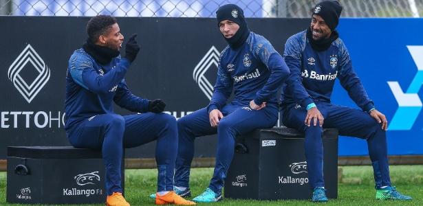Arthur (centro) aguarda virada do mês e assinatura do Barça para deixar o Grêmio