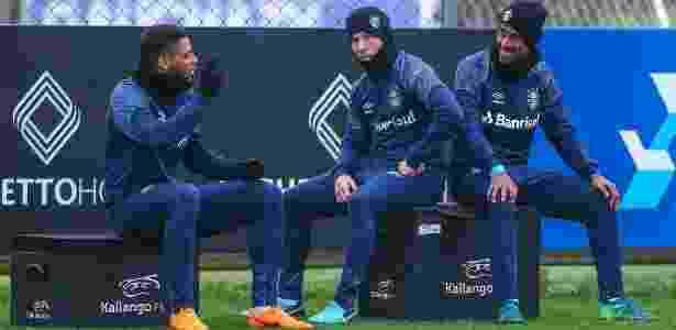 Arthur (centro) aguarda virada do mês e assinatura do Barça para deixar o Grêmio - Lucas Uebel/Grêmio