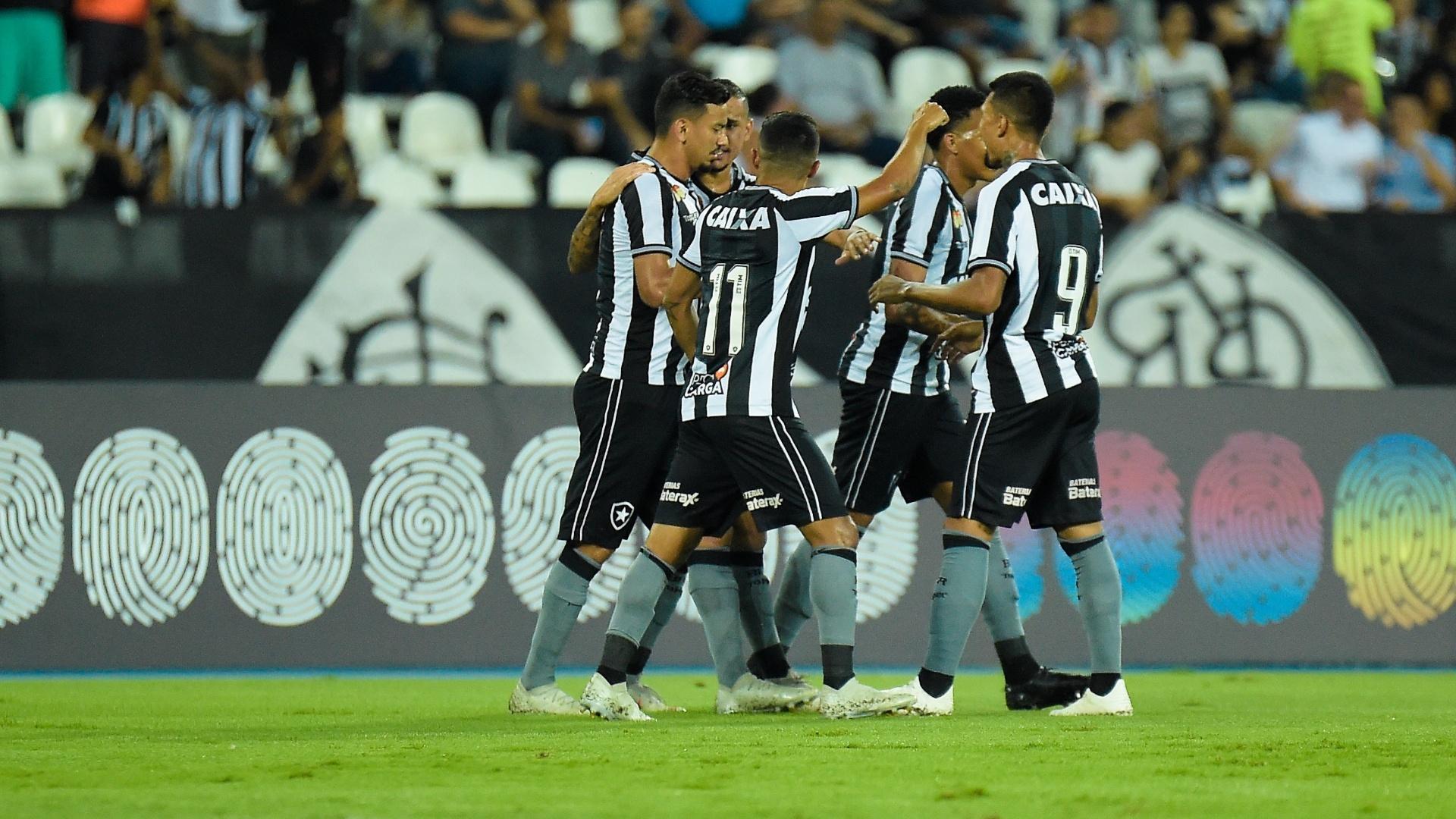 Jogadores do Botafogo comemoram gol contra o Vasco em clássico do Brasileirão