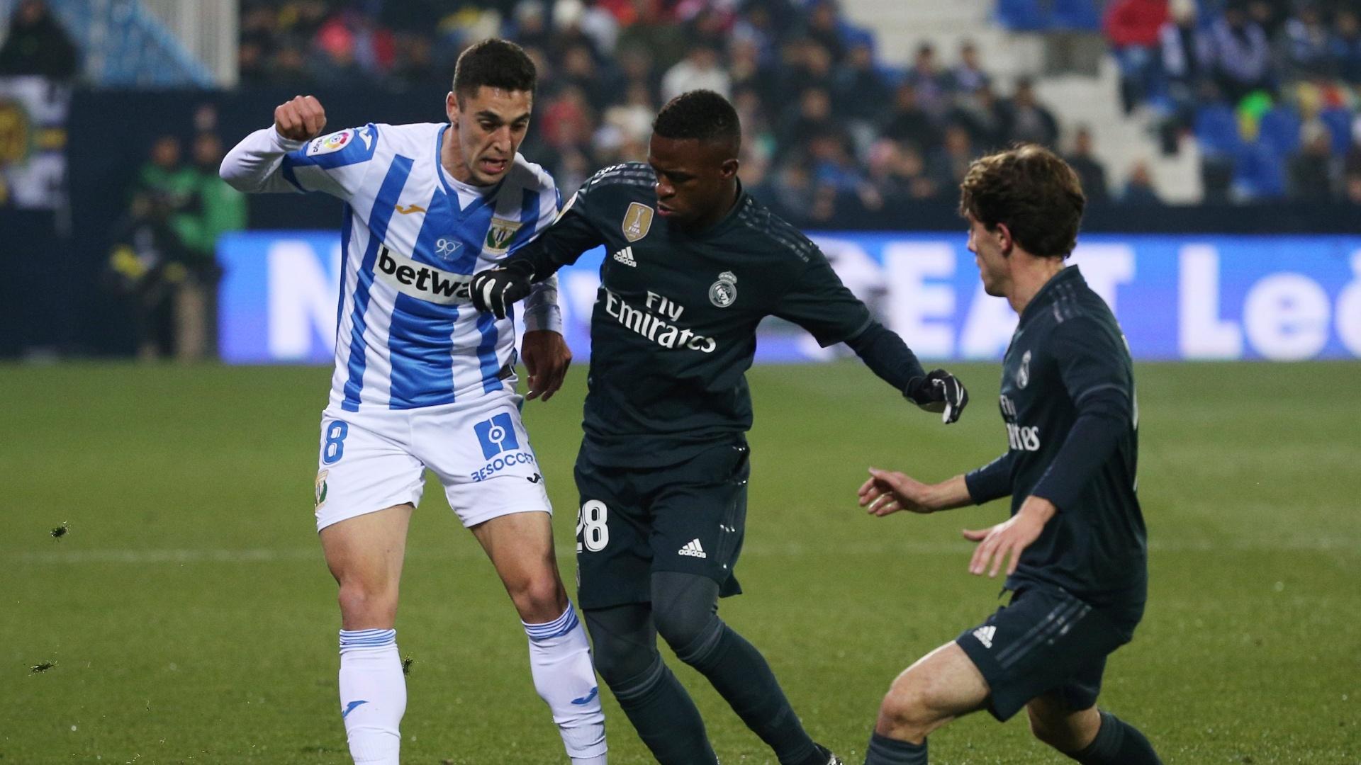 Vinicius Júnior encara marcação durante jogo entre Real e Leganés