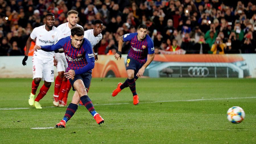 Philippe Coutinho marca de pênalti para o Barcelona diante do Sevilla - Albert Gea/Reuters