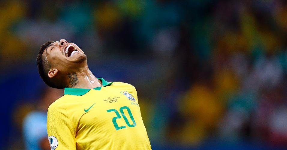 Firmino lamenta durante jogo entre Brasil e Venezuela
